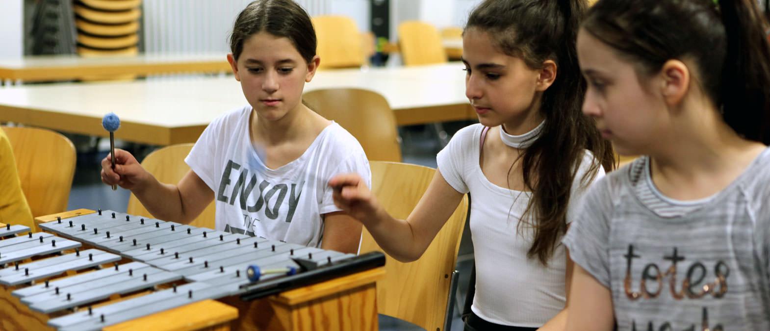 Schülerinnen der Grundschule Sandstraße musizieren - Klavier-Festival Ruhr