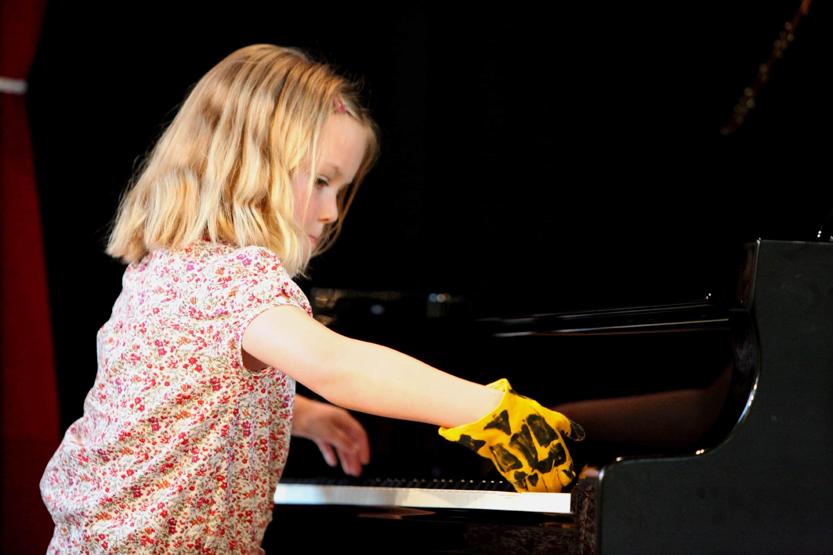 blondes mädchen am klavier