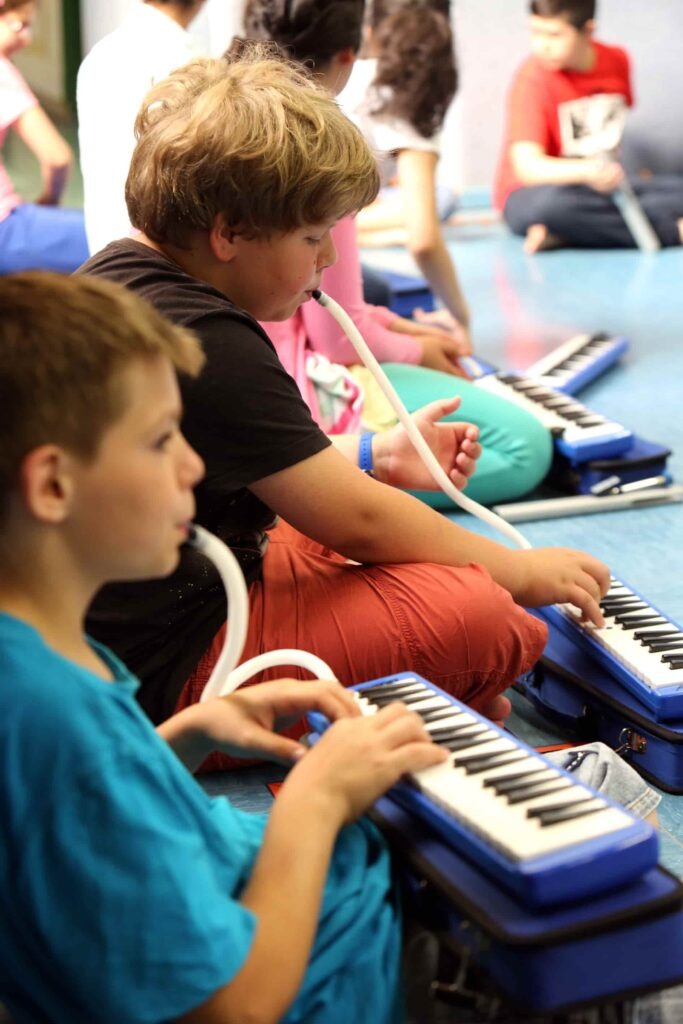 kinder an melodica